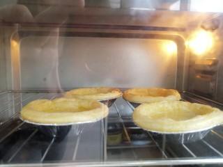美味家庭蛋挞,如图烤制过程中