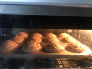 红糖香蕉核桃巧克力马芬,送进提前预热好的烤箱中层上下火185度25分钟
