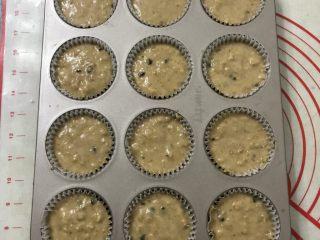 红糖香蕉核桃巧克力马芬,用勺子挖面糊倒入模具8一9 分满