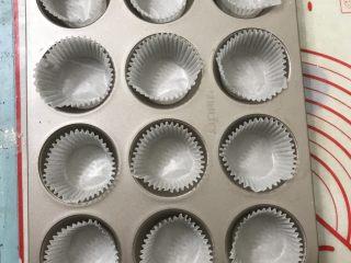 红糖香蕉核桃巧克力马芬,十二连模放上纸托