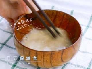 雪梨藕粉羹,藕粉放碗中,倒少许凉白开,搅匀,看不见藕粉颗粒。 >>一点凉白开,能化开藕粉即可。