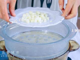 雪梨藕粉羹,雪梨切块,上锅蒸5分钟。 >>已经吃过常温梨,肠胃消化没问题,就不需要上锅蒸了。
