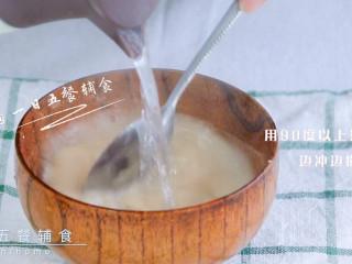 雪梨藕粉羹,用90度以上热水冲泡,边冲边搅拌。水得足够热才能将藕粉泡成透明黏糊状。