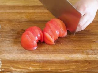 双色鸡蛋饼,西红柿划十字,用热水烫一下,去皮切小块~