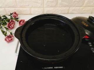 润肺止咳--应季枇杷糖水  ,取一口砂锅,加入清水