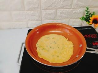快手早餐+葱花鸡蛋饼,看见四周边上微微翘起,表面已经凝固,就可以煎另一面了。