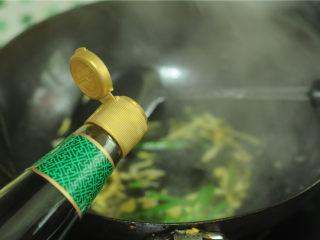 葱香鲈鱼,加入少许水,烧开