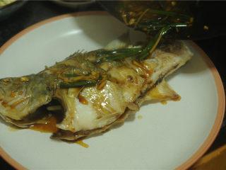 葱香鲈鱼,淋在蒸好的鲈鱼上即可