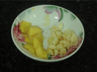 麦豆炒虾仁,将切片,蒜剁成蓉
