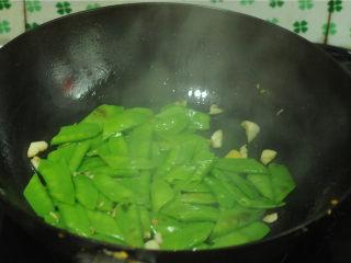 麦豆炒虾仁,汆烫好的麦豆倒入锅里