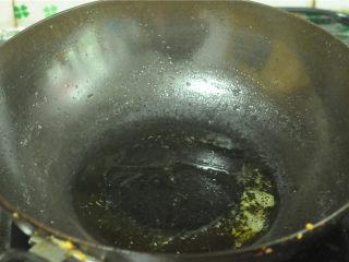 麦豆炒虾仁,另起锅,将油烧热