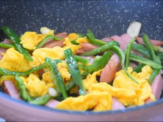 鸡蛋真的是百搭,和这两样混在一起也很好吃,倒入1勺盐、1勺生抽,炒匀即可。