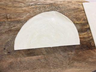 飞饼版香蕉派,在其中的一面划上两刀