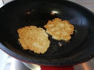 快手早餐&葱香豆腐鸡蛋饼,翻个煎另一面,煎至两面金黄色就好了。(如图)