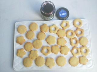 蓝莓酱夹心饼干,烤箱150度预热好,放入烤盘,烤15分钟