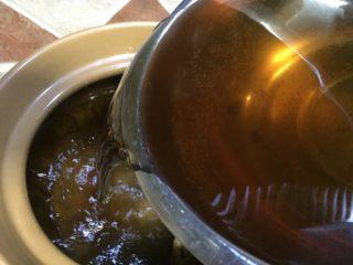 #菌类料理#山珍黑熊掌菌肚子土鸡汤,熊掌菌泡发后捞起,将泡菌的水倒入砂锅