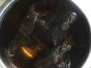 #菌类料理#山珍黑熊掌菌肚子土鸡汤,盆里加水放入洗好的菌泡一小时左右