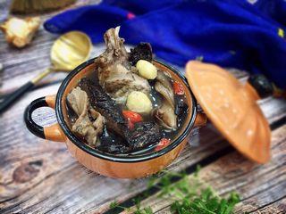 #菌类料理#山珍黑熊掌菌肚子土鸡汤,成品图,汤的自述:我很黑,可是我很鲜美!