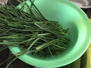 春天的馈赠-韭菜炒鸡蛋,韭菜去掉尾部老的一部分,并去掉黄叶
