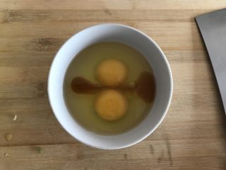春天的馈赠-韭菜炒鸡蛋,鸡蛋磕入碗内,加少许料酒