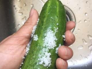 猕猴桃黄瓜汁,用少许盐搓洗黄瓜表皮,可以杀菌且去掉表皮的小刺;