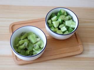 猕猴桃黄瓜汁,分别切成块,大小随意;
