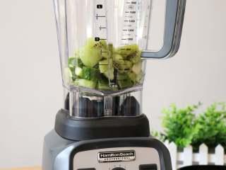 猕猴桃黄瓜汁,黄瓜、猕猴桃全部倒入破壁机搅拌杯里,再盖上杯盖和加料口盖;