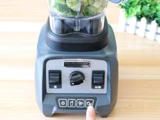 猕猴桃黄瓜汁,接通电源,选择纯果汁功能;