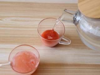 草莓苹果醋饮,和冷开水以1:5的比例冲调好即可饮用;