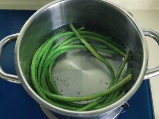 肉饼缸豆花环,锅里煮开水,放入缸豆