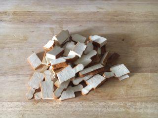 #菌类料理# 黑木耳炒芹菜,香干切成薄片。