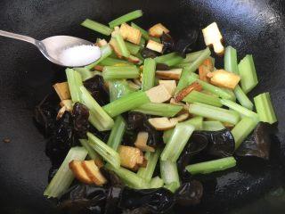 #菌类料理# 黑木耳炒芹菜,放入少许的盐调味。