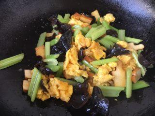 #菌类料理# 黑木耳炒芹菜,放入少许的盐调味即可。