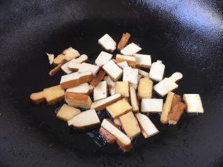 #菌类料理# 黑木耳炒芹菜,用少许油将香干两面煎一下,煎至两面稍稍有金黄色,盛出备用。