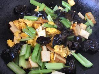 #菌类料理# 黑木耳炒芹菜,放入炒好的鸡蛋,翻炒均匀。