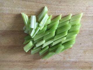 #菌类料理# 黑木耳炒芹菜,将芹菜去也留茎,切成2厘米的段。