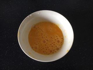 #菌类料理# 黑木耳炒芹菜,将鸡蛋打散,倒入1小勺的姜汁,搅匀。