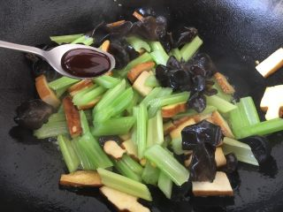 #菌类料理# 黑木耳炒芹菜,放入1勺的蚝油,翻炒均匀。