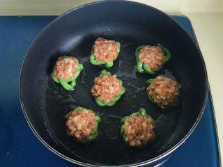肉饼缸豆花环,把花环放入锅中