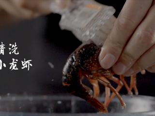 1分钟学会夜宵届扛把子『卤味麻辣小龙虾』,用刷子清洗小龙虾,一定要清洗干净
