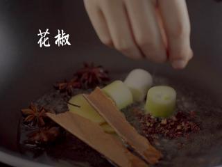 1分钟学会夜宵届扛把子『卤味麻辣小龙虾』,锅中烧油,放上姜、葱、八角、桂皮、花椒、孜然、茴香、香叶