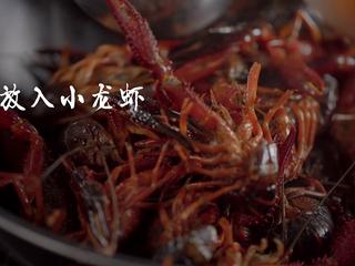 1分钟学会夜宵届扛把子『卤味麻辣小龙虾』,把小龙虾放入锅中翻炒