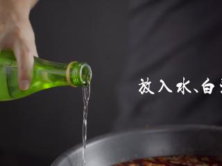 1分钟学会夜宵届扛把子『卤味麻辣小龙虾』,加入适量水,再倒大概3勺量的白酒,去腥增鲜