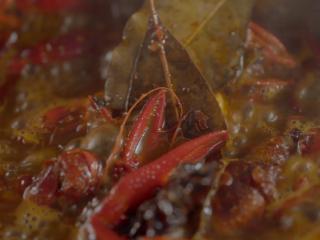 1分钟学会夜宵届扛把子『卤味麻辣小龙虾』,就这样慢慢煮8分钟