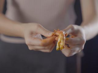 """1分钟学会夜宵届扛把子『卤味麻辣小龙虾』,你会""""吃""""小龙虾吗?"""