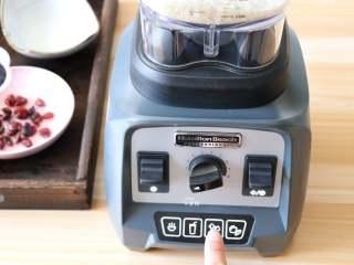 蔓越莓米糕,接通电源,选择刨冰功能开始搅打;