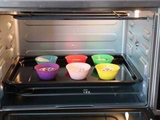 蔓越莓米糕,放进烤箱,选择发酵功能进行发酵;