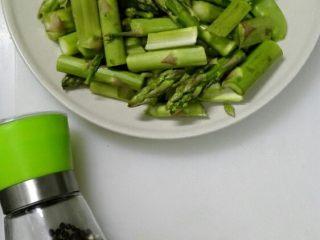 芦笋炒荷兰豆,芦笋掰段,去掉老根,用盐水浸泡10分钟,洗净;荷兰豆去筋,洗净;大蒜切末。芦笋的老根部分可以去掉皮,里面还是可以食用的,千万别都扔掉啊,实在太老的失去水分的根本就不用了。