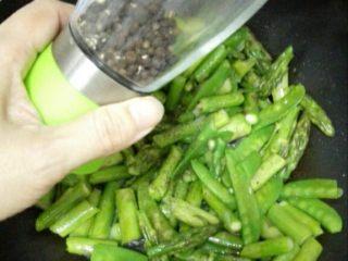 芦笋炒荷兰豆,加少许黑胡椒碎