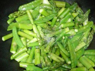 芦笋炒荷兰豆,加盐,迅速翻炒2-3分钟出锅
